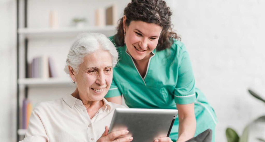 profesional medicina y salud enseñando a pacientes sobre internet