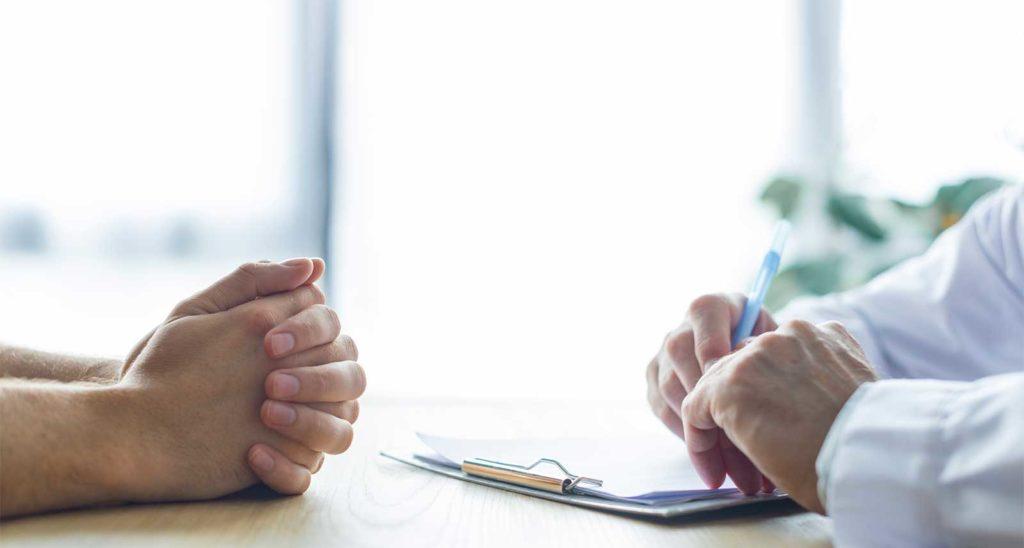 dialogo profesional de medicina y pacientes par saber su opinión y obtener datos