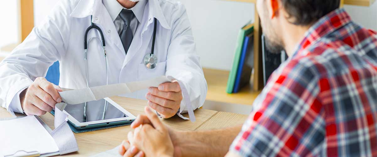 agente de medicina explicando a pacientes sobre el uso de internet en la salud