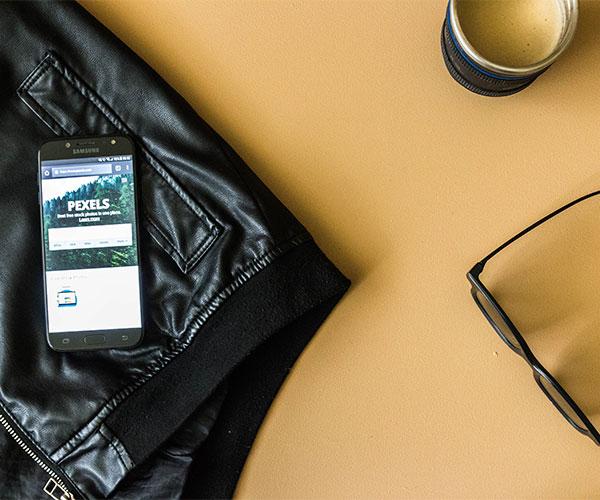 Celular navegando en sitio web