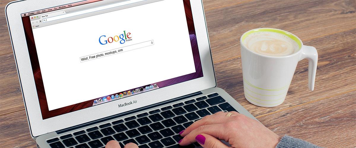 macbook muestra la importancia del sitio web